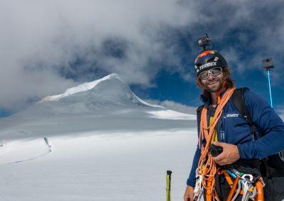 Antoine devant le Spantik (7027m) à 6500m juste avant le bivouac