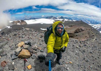 Sommet du volcan San José (5856m), le froid est intense et le vent fort