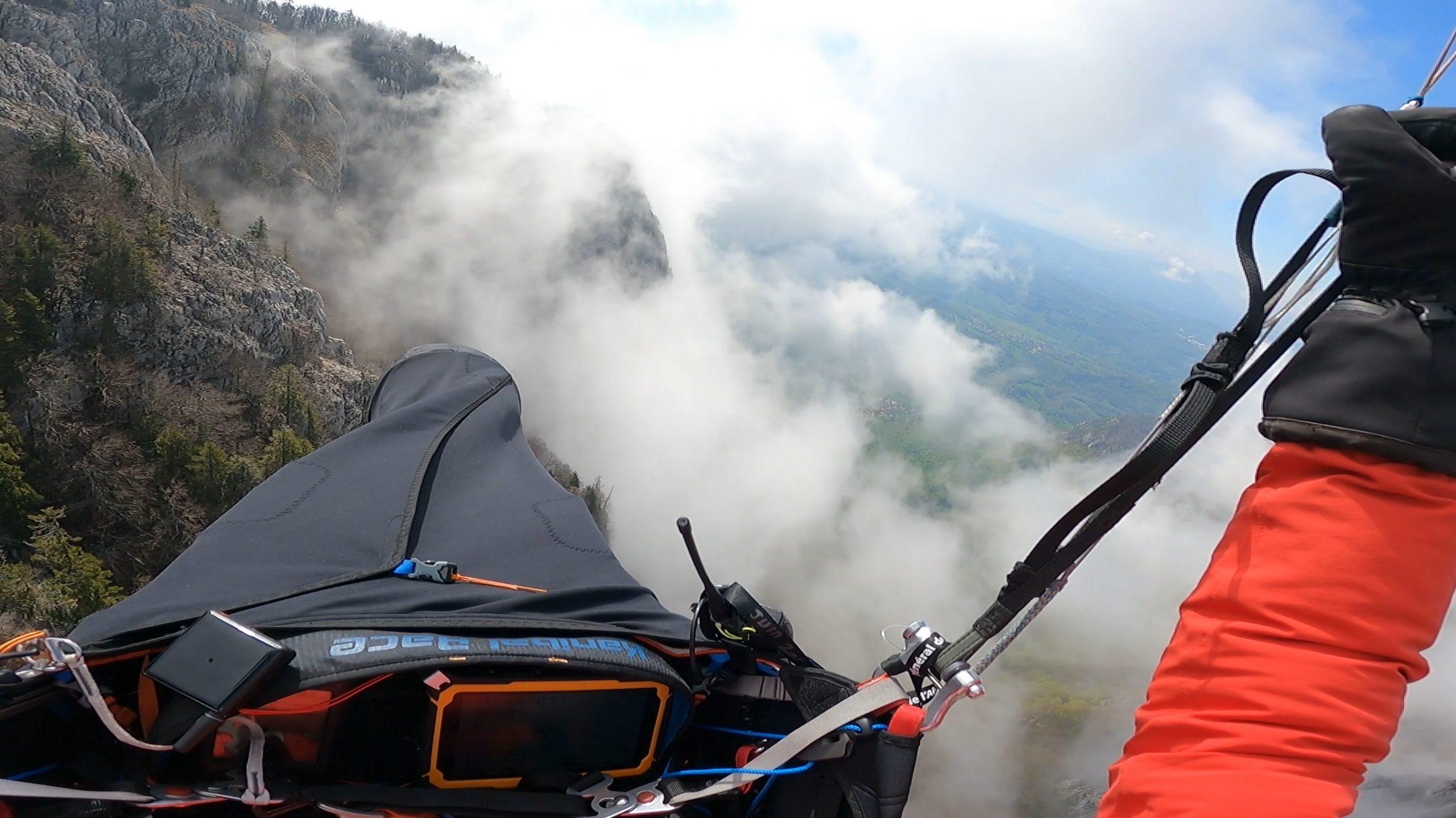 Passage entre les nuages après le décollage.